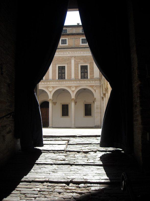 il Duca e il servitore a Urbino scrivono sui muri