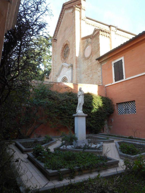 lungo la Costa di S.Marco la cuspide della chiesa vista dal piccolo giardino delle Carmelitane che ne hanno cura